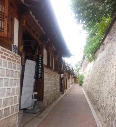 Vacances en Corée du Sud nous traverson le village traditionnel Buckchon Hanok situé à Seoul un voyage routedelacoree.com