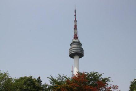 Voyage en Corée vue de l'impressionante N Seoul Tower au sommet d'une colline qui surplombe toute la ville durant le séjour routedelacoree.com