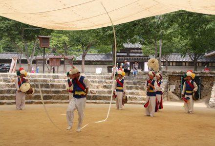 Circuit en Corée demonstration de danse dans un village folklorique coréen pour routedelacoree.com